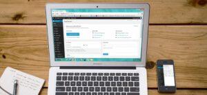 Laptop auf Tisch mit WordPress-Backend